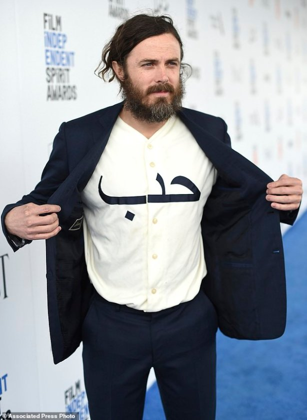 "Casey Affleck displays his shirt with the Arabic word ""love"" as he arrives at the Film Independent Spirit Awards on Saturday, Feb. 25, 2017, in Santa Monica, Calif. (Photo by Jordan Strauss/Invision/AP)"